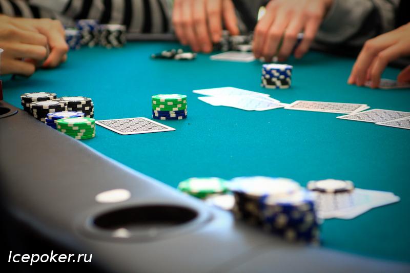 Financiële grafieken en grafieken op de tafel royalty vrije foto